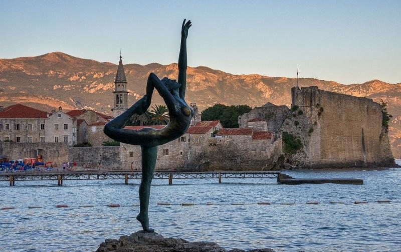скульптура танцовщица из будвы
