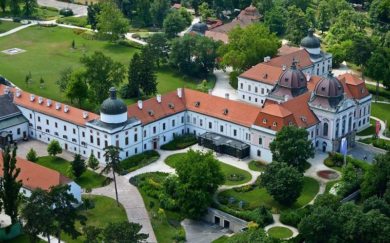 королевский дворец в гёдёллё